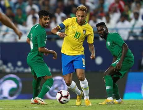 Neymar é marcado por jogadores da Arábia Saudita