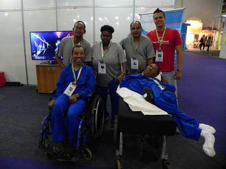 Bruno (de vermelho à dir.) e os pacientes da Casa de David, ONG que trata pessoas com deficiência intelectual, ou com deficiência física por meio da gameterapia