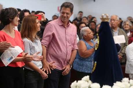 Haddad, acompanhado da mulher, Ana Estela, e da candidata a vice Manuela D'Ávila