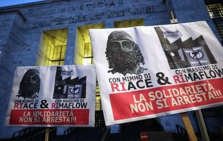 Manifestação de solidariedade em Milão ao prefeito de Riace, Mimmo Lucano