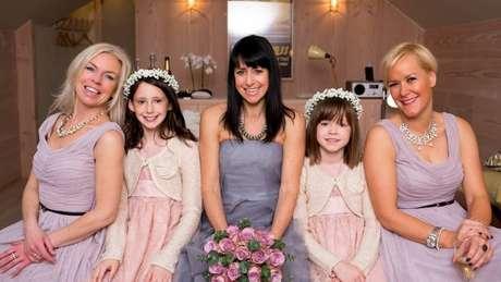 Janet (ao centro, com Nicola à esq e Vicky à dir) voltou a se casar, mas guarda boas memórias do tempo em que dividiu a casa com as amigas