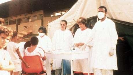 No acampamento montado em um campo de futebol, mais de 110 mil pessoas foram examinadas para detectar quem estava contaminado