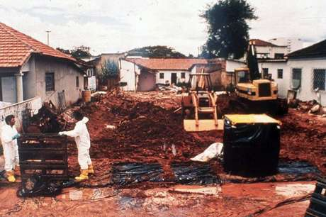 Dezenas de casas foram demolidas e centenas de objetos - cerca de 6.000 toneladas de lixo - foram jogados fora
