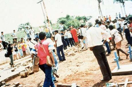 No enterro de duas das vítimas fatais do acidente a população fez protesto temendo que corpos contaminassem o cemitério
