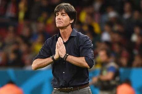 A imprensa alemã se divide entre críticas e apoio ao treinador alemão (Foto: Patrik Stollarz/ AFP)