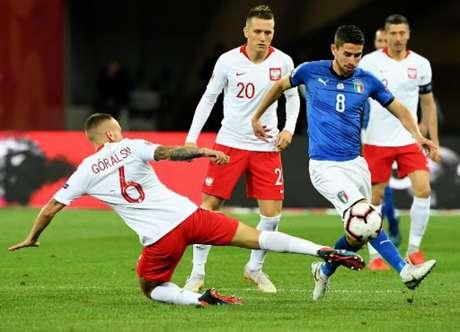 Jorginho acertou uma bola na trave no primeiro tempo (Foto: Janek Skarzynski / AFP)