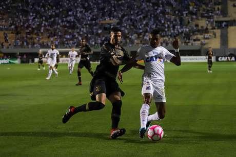 Léo Santos e Bruno Henrique disputam a bola