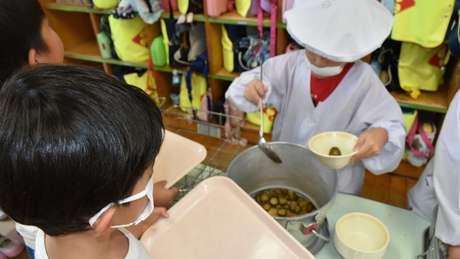 Kit de materiais que pais devem providenciar para alunos japoneses inclui máscara para cirúrgica que eles usam quando servem a comida dos colegas