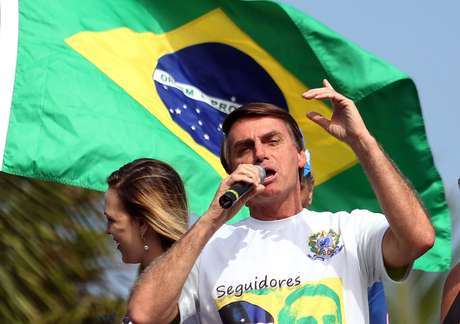 O deputado federal Jair Bolsonaro(PSC-RJ) durante manifestação com seus seguidores na Barra da Tijuca, zona oeste do Rio de Janeiro.