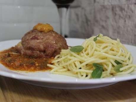 Polpetone de lombo moído com linguiça toscana espaguete na manteiga com manjericão e molho de tomate fresco
