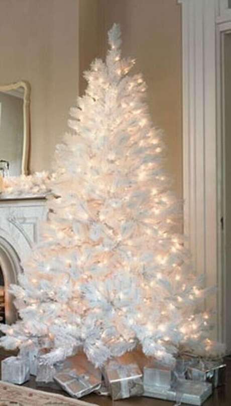 12. Para um ambiente minimalista invista em um árvore de natal branca bem iluminada e com poucos ou nenhum enfeite natalino – Foto: Pinterest