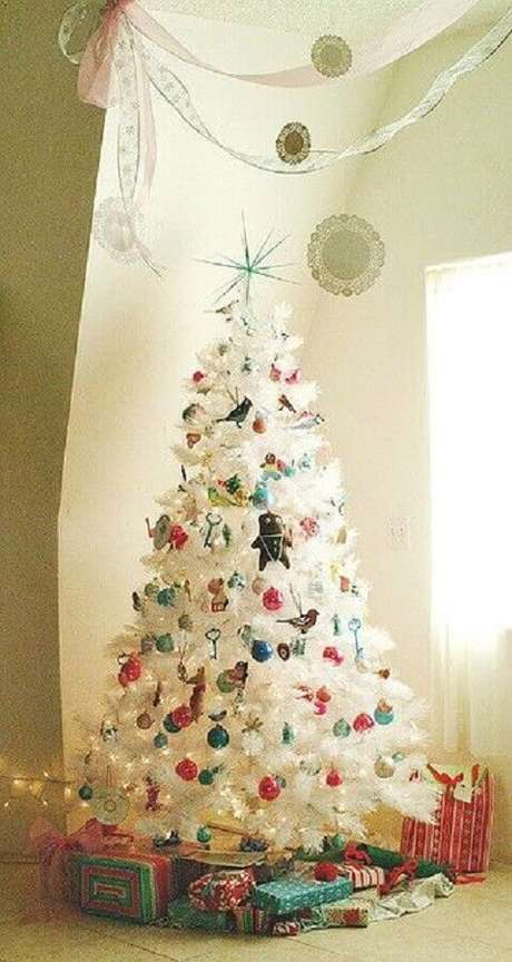 13. Os enfeites coloridos dão mais vida para a árvore de natal branca decorada – Foto: Design Shuffle