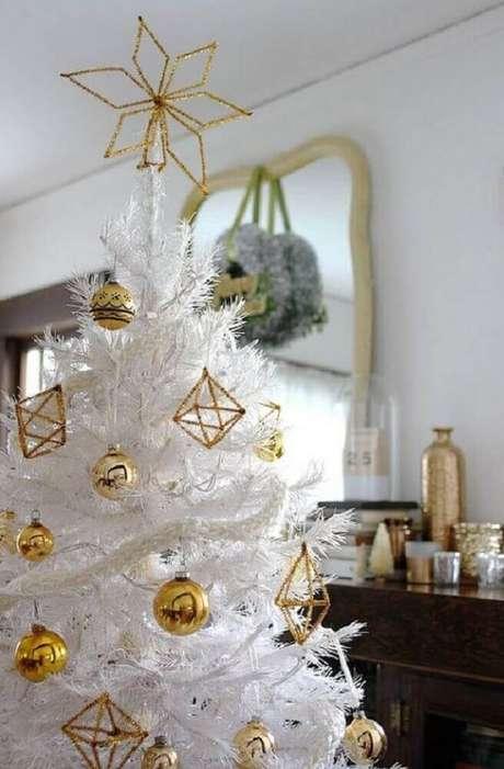 7. A árvore de natal branca decorada com itens dourados é garantia de mais sofisticação ao ambiente com clima natalino – Foto Smile And Wave