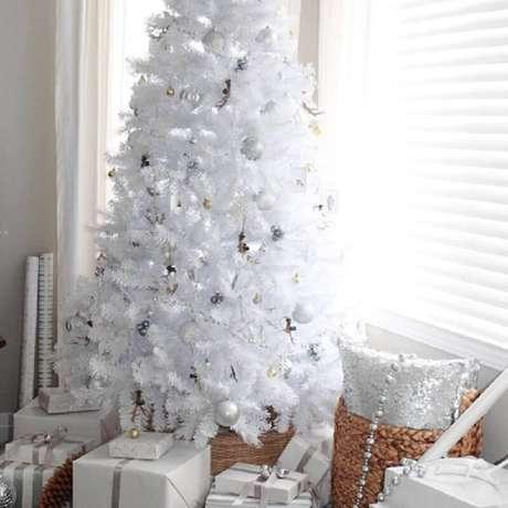 15. A árvore de natal branca pode ser decorada com enfeites natalinos de várias cores, mas para deixá-la mais moderna invista nos enfeites prateados – Fotos: Setting for Four