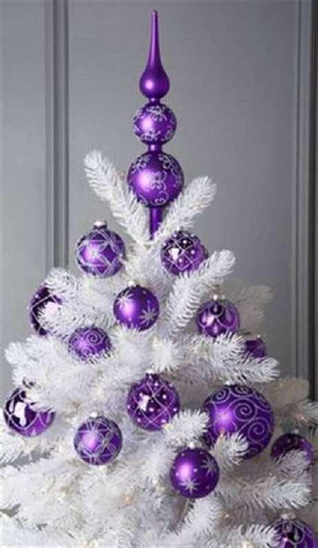 16. Decoração para árvore de natal branca com enfeites roxos – Fotos: Zahradní Nábytek