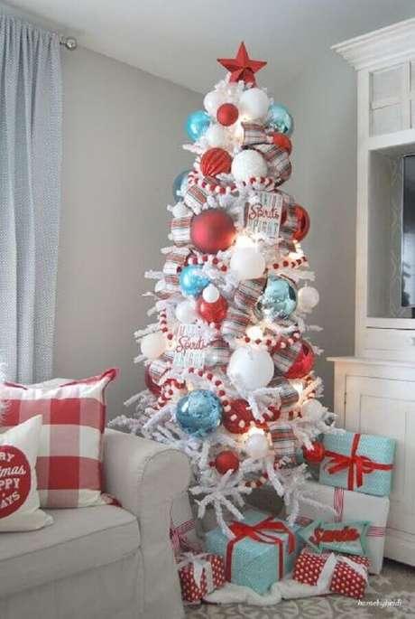 18. Que tal investir em modelos bem grandes de bolas natalinas para decorar a sua árvore? Fica lindo! – Foto: Pinterest