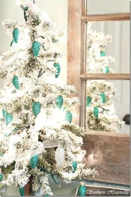 19. A árvore de natal branca decorada com enfeites verdes também segue um estilo tradicional de decoração natalina – Foto: Vybes