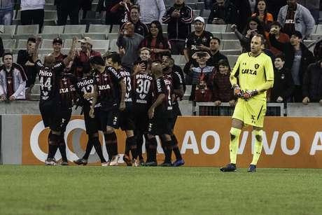 Bergson comemora gol do Atlético-PR