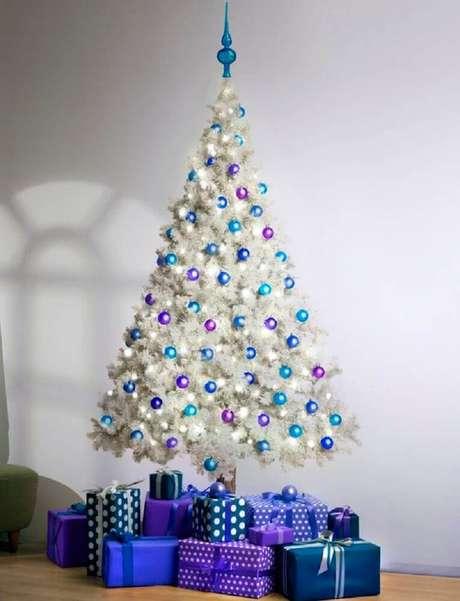 21. Decoração simples com bolas de natal roxas e azul para árvore branca – Foto: Siemyfgn