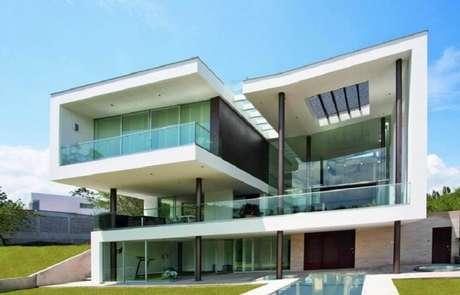 2. Casa de vidro com fachada moderna