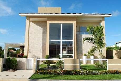 4. Casa com fachada de vidro e tons neutros