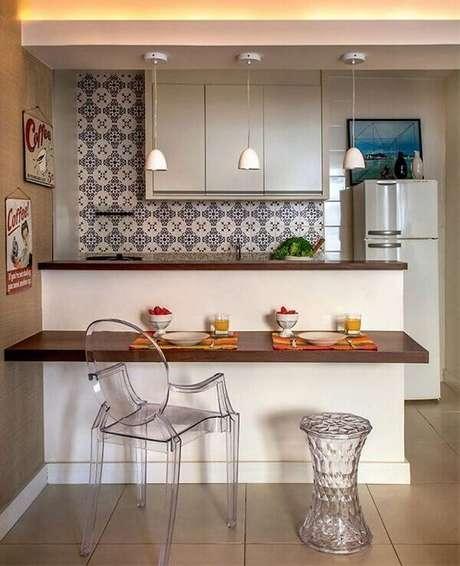 10- O aparador da cozinha americana pequena tem prateleira utilizada como mesa para refeições. Fonte: Pinterest