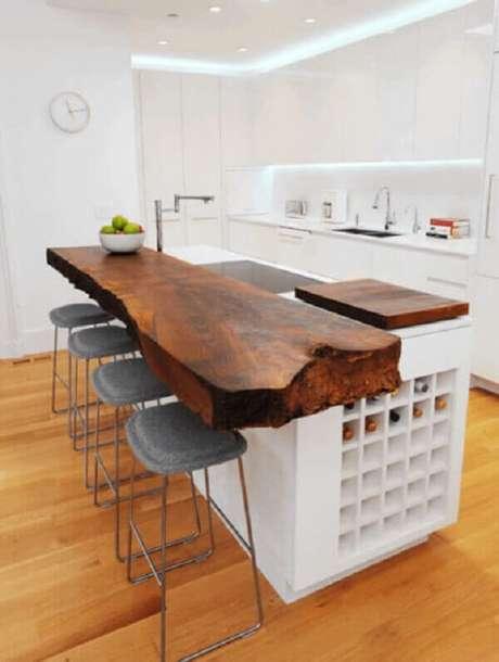 11- Na decoração clean da cozinha americana pequena foi utilizada tampo em madeira rústica envernizado. Fonte: Casa e Construção