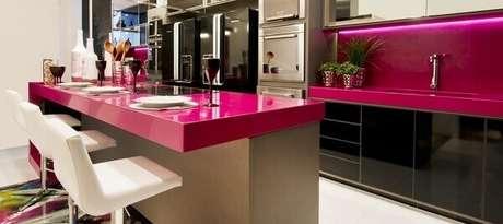 13- A decoração da cozinha americana pequena tem como destaque as cores pretas e pink. Fonte: Mulher o Homem da Casa