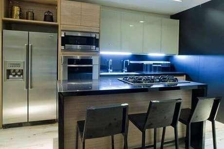 19- Na cozinha americana pequena sem luz natural foi instalado luzes sob o armário da pia. Fonte: Pinterest