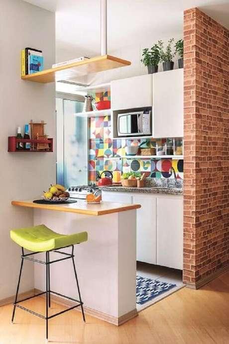 20- Para demarcar a área da cozinha americana pequena foi construída uma bancada de alvenaria. Fonte: Pinterest