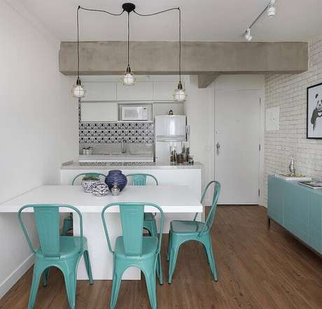 17- As vigas no teto separam e dividem as áreas da cozinha americana pequena com sala simples.