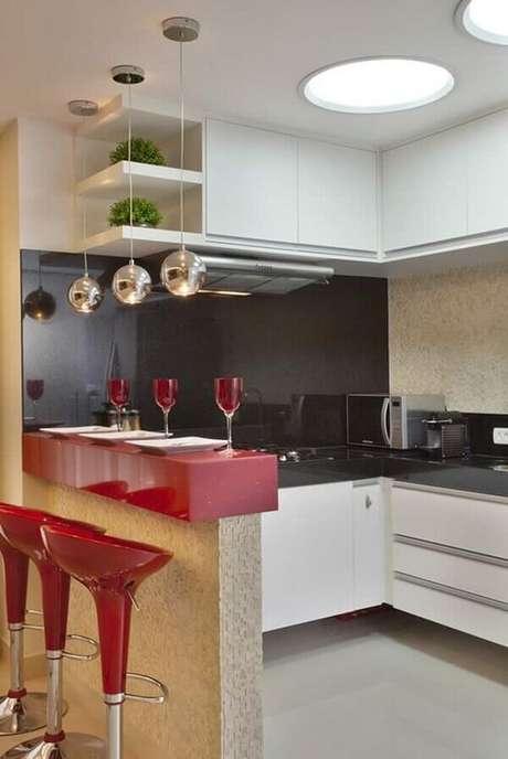 9- A cozinha americana pequena tem o revestimento superior da bancada e os assentos dos bancos da mesma cor. Fonte: Magazine Goiás