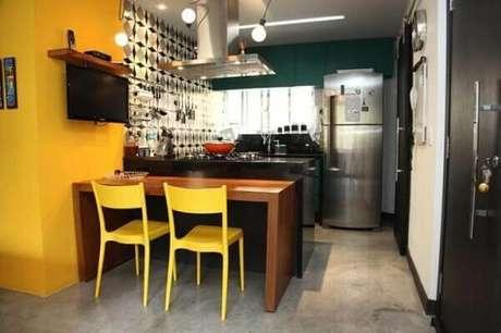 22- Na decoração da cozinha americana pequena a cor preta ganha destaque no ambiente. Fonte: Art com Planejados