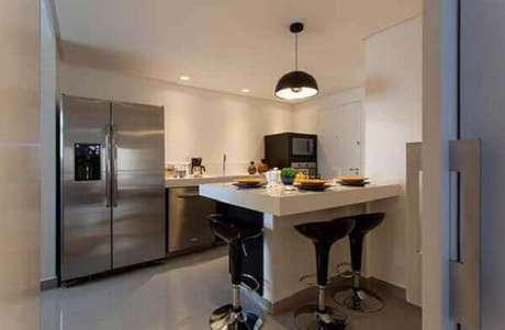 69- Cozinha americana pequena com bancada em L acomoda de forma confortável os convidados. Fonte: Pinterest