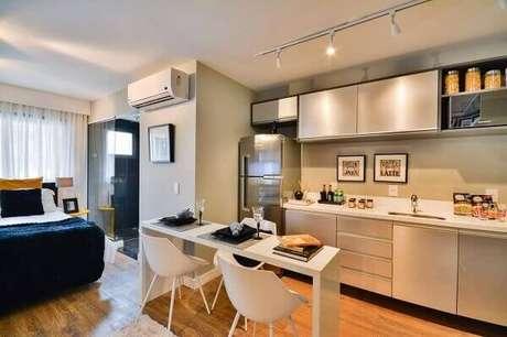 27- No apartamento tipo Studio a cozinha americana pequena ocupa uma parede sem divisórias. Fonte: Bender Arquitetura