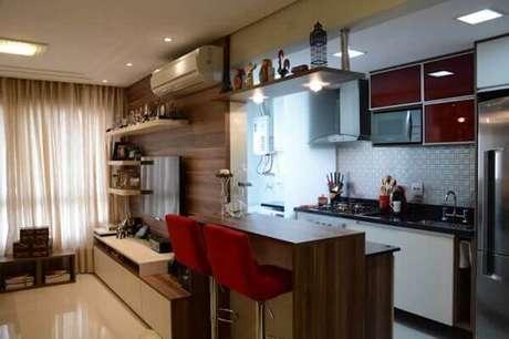 29- Na cozinha americana pequena planejada os eletrodomésticos foram embutidos na parede. Fonte: Art com Planejados