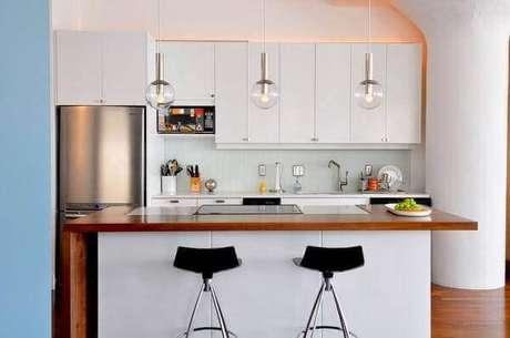 30- Na cozinha americana pequenas as ilhas são uma ótima opção para otimizar os espaços. Fonte: Arquidicas
