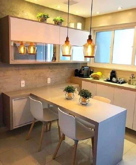3- A cozinha americana pequena e simples tem balcão e mesa em L. Fonte: Decoração de casa