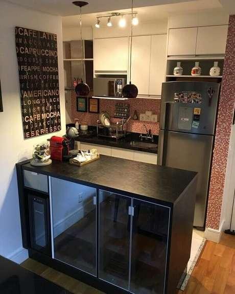 32- O balcão preto é um armário com portas espelhadas para criar uma sensação de amplitude ao ambiente. Fonte: Art com Planejados