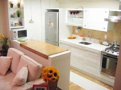 7- Cozinha americana pequena com sala simples utiliza cores em tons pasteis na decoração . Fonte: Transforme Sua Casa