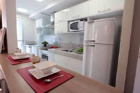 37- A bancada utilizada na cozinha americana pequena otimiza os espaços. Fonte: Casa e Construção