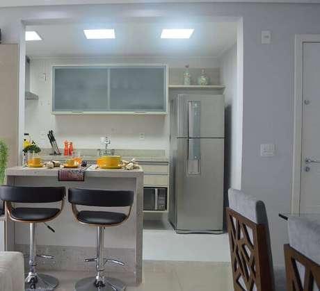 4- Na cozinha americana pequena com sala foram colocados armários suspensos para facilitar a organização do ambiente. Fonte: Pinterest