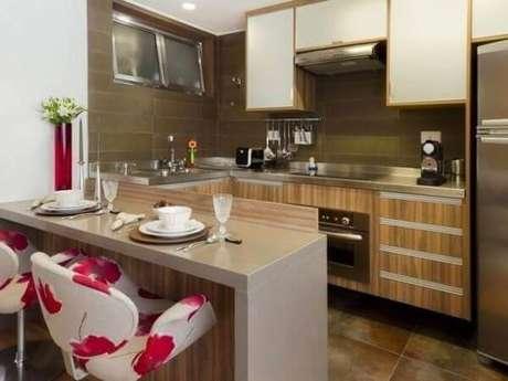 38- Na cozinha americana simples foi utilizado balcão pintado em laca e poltronas estampadas. Fonte: Mulher o Homem da Casa