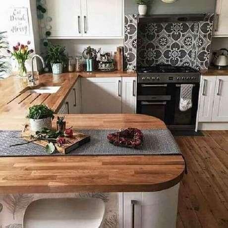 39- A madeira foi utilizada na decoração da pia e bancada na cozinha americana pequena. Fonte: Decoração de Casa