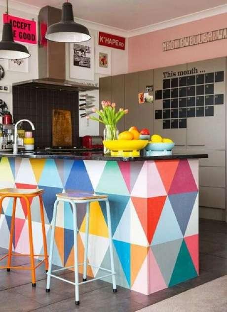 15- A pia foi instalada na ilha que divide a cozinha americana pequena da sala simples. Fonte: Casa e Construção