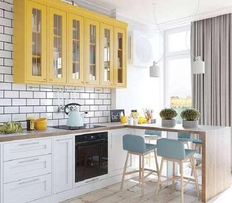 42- Os tons claros da decoração da cozinha americana pequena valorizam as linhas retas do estilo moderno. Fonte: Lojas KD Móveis