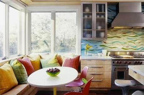 44- Na cozinha americana pequena, a mesa de jantar tem poltronas embutidas na parede. Fonte: McKinney York