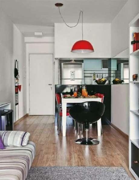 45- Na decoração da cozinha americana pequena a mesa de jantar foi encostada a bancada para economizar espaço. Fonte: Casa e Construção