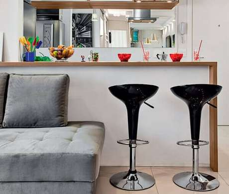 70- Nas cozinhas americanas pequenas, as bancadas tem diversas funções e facilitam o serviço na hora do preparo dos alimentos. Fonte: Leather Finish