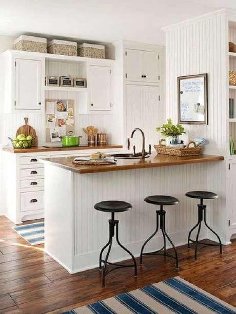 48- Na decoração da cozinha americana pequena foi utilizado somente a cor branca e a madeira em tom natural. Fonte: Sua Decoração